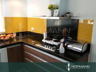 REVESTIMIENTO EN VIDRIO CON COLOR: Cocinas a medida  de estilo  por HOFMANN - DESARROLLOS EN VIDRIO Y METAL