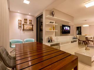 Residência Ferreira DM ARQUITETURA E ENGENHARIA Salas de estar ecléticas Madeira maciça Bege