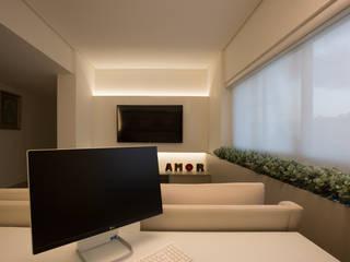 Electronics by Larissa Vinagre Arquitetos, Modern