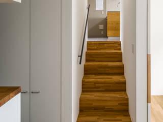 Scandinavian style corridor, hallway& stairs by 内田雄介設計室 Scandinavian