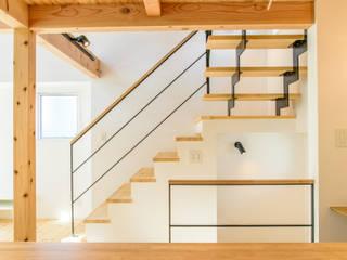 格子壁の住宅: 祐建築設計室が手掛けた廊下 & 玄関です。