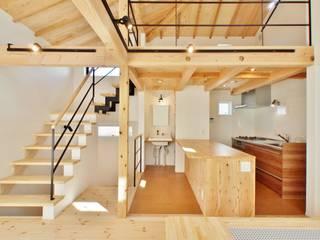 格子壁の住宅: 祐建築設計室が手掛けたリビングです。