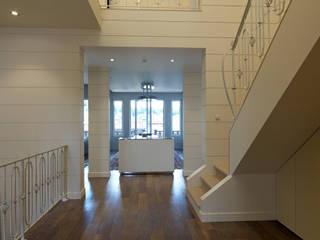 Дизайн интерьера трехэтажного дома в стиле контемпорари. Холл.: Коридор и прихожая в . Автор – Станислав Старых