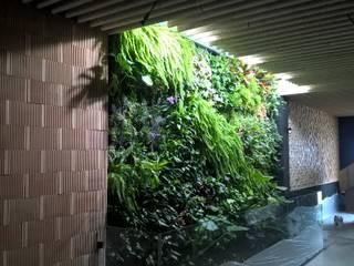 Jardin Vertical en restaurante:  de estilo  de GreenerLand. Arquitectura Paisajista y Tematización