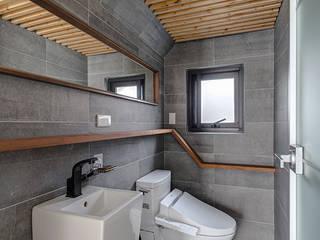 一樓廁所 現代浴室設計點子、靈感&圖片 根據 Hi+Design/Interior.Architecture. 寰邑空間設計 現代風