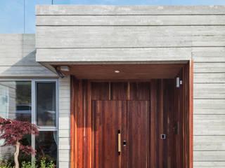 Puertas modernas de 투엠투건축사사무소 Moderno