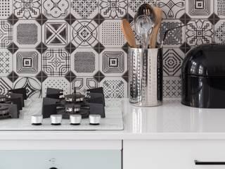 55m2 mieszkanie : styl , w kategorii Ściany zaprojektowany przez Grant Studio