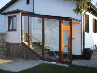 Stiegenaufgang mit Glas vor Wind und Wetter geschützt Schmidinger Wintergärten, Fenster & Verglasungen Klassischer Wintergarten Aluminium/Zink Braun