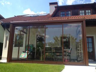 Sommergarten mit Schiebetüren aus Alu und Glas vom Wintergartenbauer Schmidinger Schmidinger Wintergärten, Fenster & Verglasungen Klassischer Wintergarten Aluminium/Zink Braun