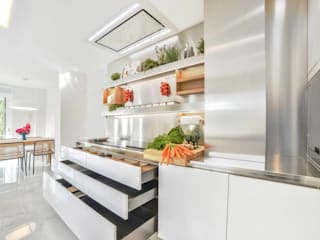 Modern kitchen by Bravo Benidorm, SL Modern