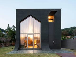 B' House: 백에이어소시에이츠의  주택