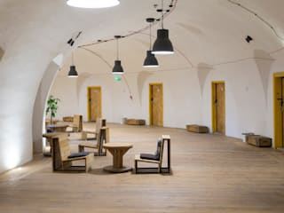 designerski hostel za niewielki budżet : styl , w kategorii Korytarz, przedpokój zaprojektowany przez UrbanForm