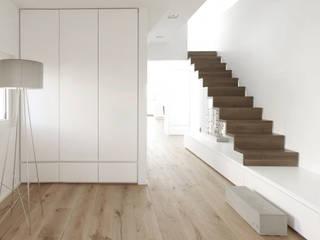 Blick auf die Treppe zur Galerie:  Flur & Diele von pauly + fichter planungsgesellschaft mbH