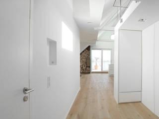 Blick vom Eingangsbereich in den Wohnbereich:  Flur & Diele von pauly + fichter planungsgesellschaft mbH