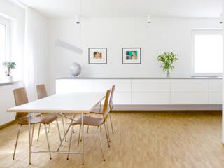Blick ins Esszimmer in der Verlängerung der Küche:  Esszimmer von pauly + fichter planungsgesellschaft mbH