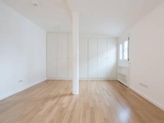 Sanierung eines Mehrfamilienhaus:  Wohnzimmer von pauly + fichter planungsgesellschaft mbH