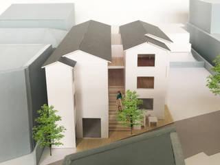 共用階段: 富永大毅建築都市計画事務所が手掛けた廊下 & 玄関です。