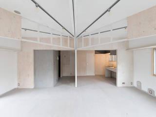 リビング+ベッドルーム: 富永大毅建築都市計画事務所が手掛けたリビングです。