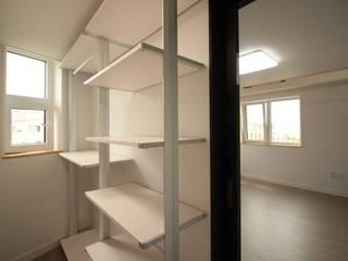 양산 물금 증산리 물금택지지구(A3-539-6) 단독주택: 피앤이(P&E)건축사사무소의  드레스 룸