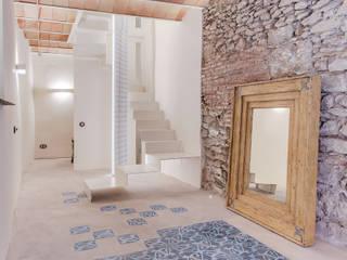 Corridor, hallway by Lara Pujol  |  Interiorismo & Proyectos de diseño, Mediterranean