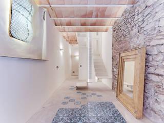 지중해스타일 복도, 현관 & 계단 by Lara Pujol | Interiorismo & Proyectos de diseño 지중해