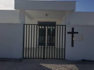 Capela Mortuária Paredes e pisos modernos por PRINCA Moderno