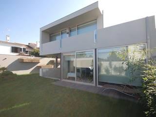 Family House Serralves - Mjarc by Maria João Andrade e Ricardo Cordeiro by MJARC - Arquitectos Associados, lda Сучасний