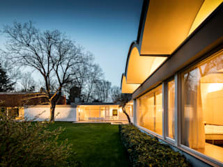Mid-Century Bungalow by Corneille Uedingslohmann Architekten Мінімалістичний