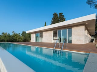 prospetto con piscina e deck in larice: Casa unifamiliare in stile  di de vita e fici architetti associati