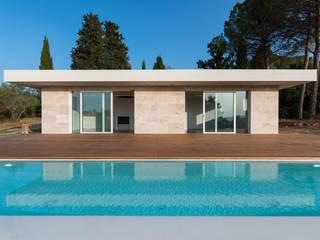prospetto con piscina e deck in larice: Piscina a sfioro in stile  di de vita e fici architetti associati
