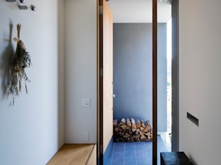 川添純一郎建築設計事務所 Ingresso, Corridoio & Scale in stile moderno Bianco