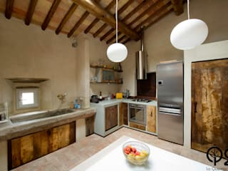 Una cucina nel Chianti: Cucina in stile in stile Industriale di Laquercia21