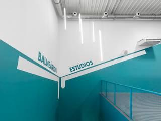 PUMP Almada: Espaços comerciais  por NOZ Arquitectura