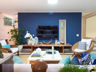 Blue Feelings:  tropical por IZI HOME Interiores,Tropical