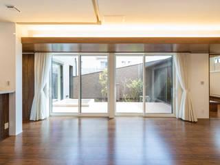 Living room by 田所裕樹建築設計事務所