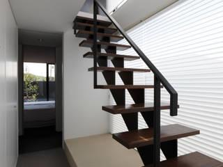 ステップハウス: 寺下浩一級建築士事務所が手掛けた廊下 & 玄関です。