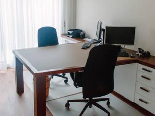 Oficinas de estilo moderno de Schreinerei Mairhofer Moderno