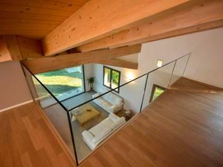 Vista soggiorno dal soppalco: Soggiorno in stile  di Claudia Trevisan Architetto
