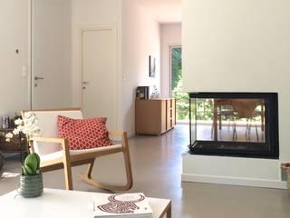 Angolo camino: Soggiorno in stile in stile Moderno di Claudia Trevisan Architetto