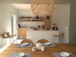 Villa Gif-sur-Yvette: Sala da pranzo in stile  di Claudia Trevisan Architetto, Moderno