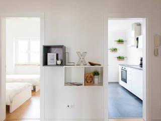 Remodelação de T2 para Airbnb Corredores, halls e escadas modernos por MP Architecture & Interior Design Moderno
