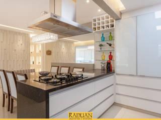 Muebles de cocinas de estilo  por Raduan Arquitetura e Interiores
