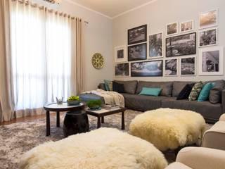 Sala de TV da família por IZI HOME Interiores Moderno