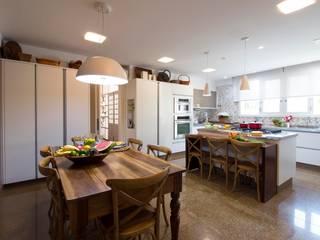 Cozinha com Ilha:  tropical por IZI HOME Interiores,Tropical