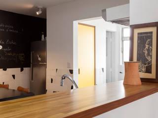 Reforma de apartamento na Vila Madalena por Estudio Piloti Arquitetura Minimalista