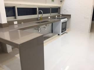Cozinha Leblon: Cozinhas embutidas  por Alves Bellotti Arquitetura & Design,