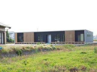 田園の中に建つ格子ファサードが特徴的な箱型の平屋: KAWAZOE-ARCHITECTSが手掛けた家です。