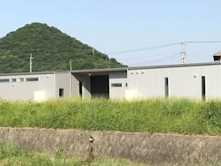 河川敷沿いに建つ平屋の二世帯住宅: KAWAZOE-ARCHITECTSが手掛けた家です。