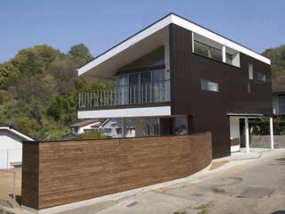 松山市 高台の家: Y.Architectural Designが手掛けた省エネ住宅です。