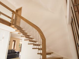 Bespoke Quarter-Turn Timber Staircase Pasillos, vestíbulos y escaleras escandinavos de Complete Stair Systems Ltd Escandinavo